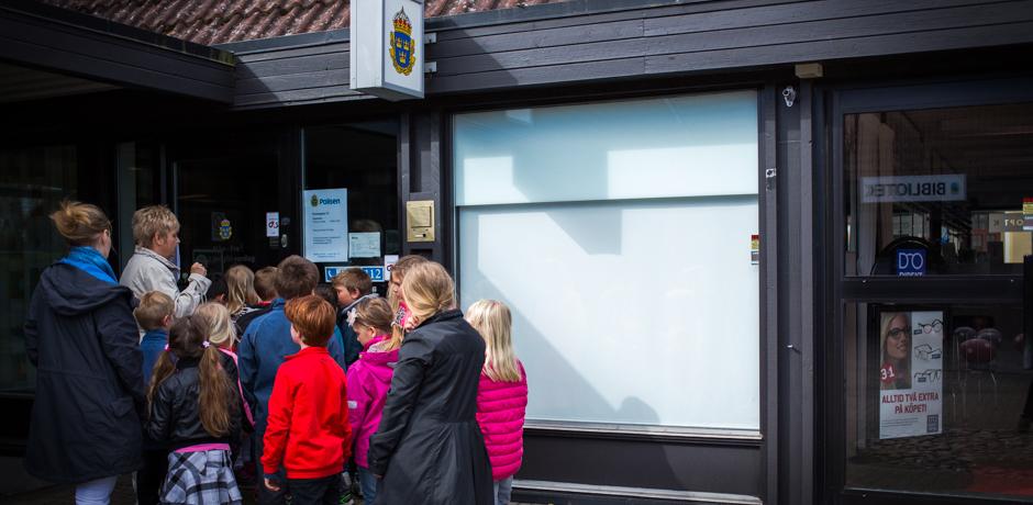 En skolklass besöker polistationen, som visar sig vara stängd för dagen.